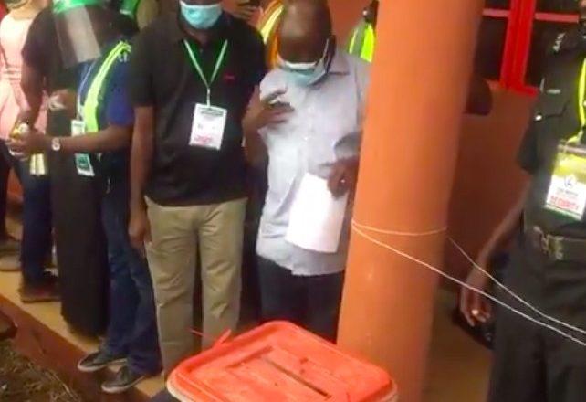 Bidiyo daga Zaben Edo:Yanda Adams Oshiomhole yayi Alamar Kuross kamin ya saka kuri'arsa
