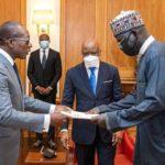 Tsohon Shugaban sojojin Najeriya, Janar Buratai ya mikawa Shugaban kasar Benin Republic takardar kama aiki